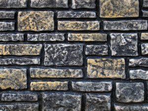 Moet ik kiezen voor keramische of natuursteen tegels?