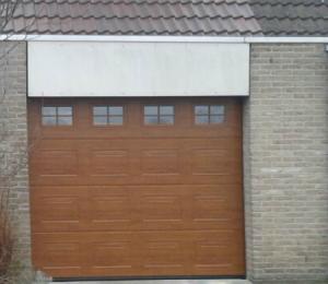De deur van de garage vervangen